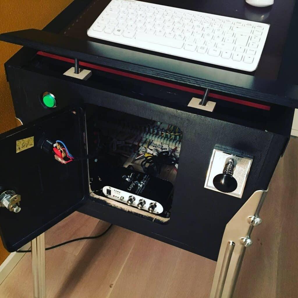 Zugang zum Audio-Verstärker über die Service-Tür des Virtual Pinball Cabinets