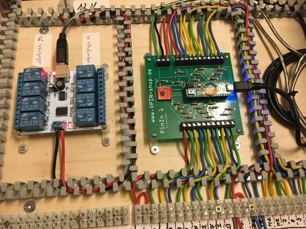 In meinem Virtual Pinball kommt ein PinIn1-Board (Mitte) zu Einsatz. Das Board ist zwar schon etwas älter und unterstützt z.B. keine RGB-LED-Taster, dafür hat es neben dem Tastatur-Encoder einen Bewegungssensor, mit dem sich einfach ein realistischer Tilt-Mechanismus simulieren lässt: Ein Stoß gegen den Tisch lässt die Kugel abweichen.