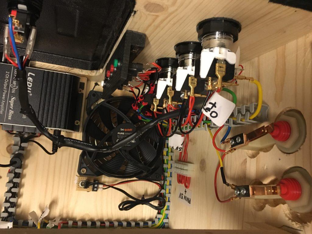 Pinball Buttons von oben, darunter der Ventilator sowie links der Verstärker für die Lautsprecher in der Backbox - Zugänglich über die Service-Tür