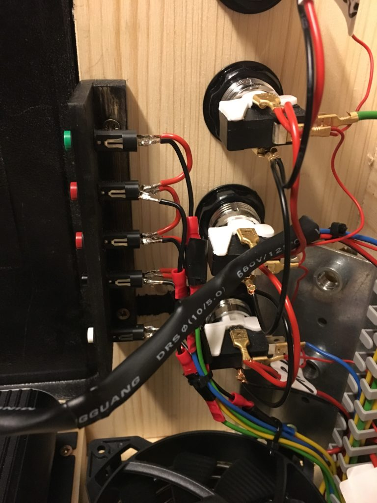 Die 5 Service-Buttons (weiß, schwarz, 2x rot und grün) innerhalb der Service-Tür z.B. zum Steuern der Lautstärke.