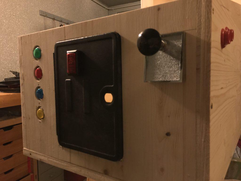 Virtual Pinball: Testmontage Arcade-Buttons, Coin-Door mit Button und Plunger sowie rote LeafSwitch-Flipper Buttons (Flipper + MagnaSave)