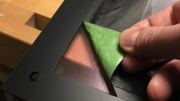 Den schwarzen Rahmen des Backglass habe ich mit AcrySpray aufgebracht. Toller Effekt ohne großen Aufwand.