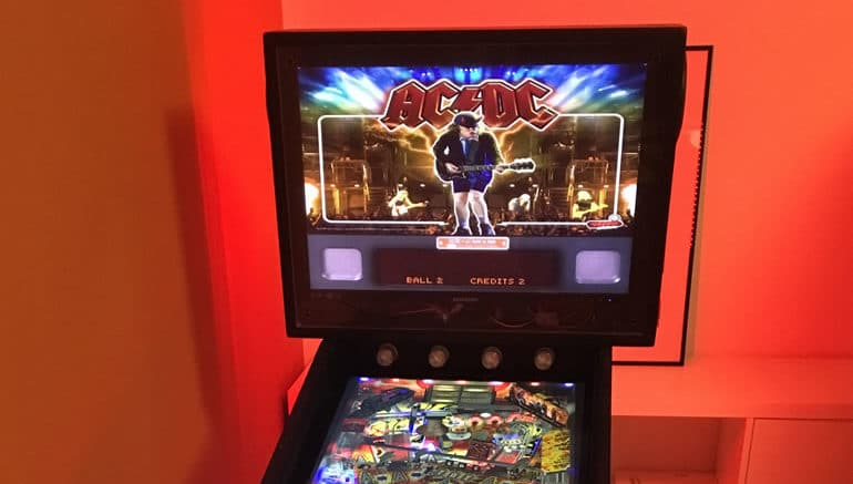 Virtual Pinball Cabinet mit roter Ambient Beleuchtung durch addressable RGB LED stripes. Tisch: AC/DC unter Visual Pinball X