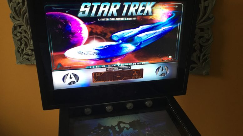 "Pinball Backbox mit Backglass des Tisches ""Star Trek"" unter Visual Pinball X (B2S Server). Integriertes DMD."