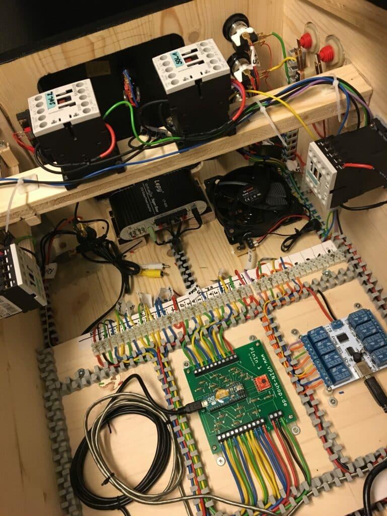 Siemens-Schütze für Flipper-Finger (Mitte) sowie Sling-Shots (links, rechts) im Virtual Pinball montiert. Steuerung über Sainsmart Relais Board 5V (rechts, blaue Relais)