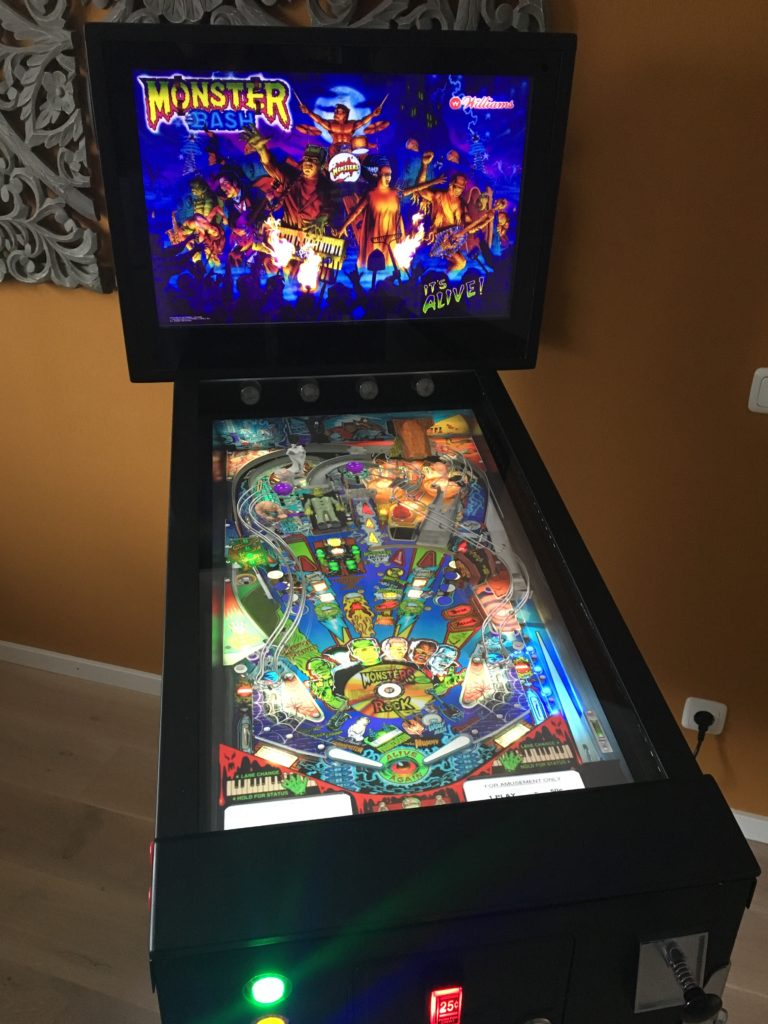 "Virtual Pinball Cabinet with illuminated pinball buttons, coin insert button and real pinball plunger. Table loaded: ""Monster Bash"" with VisualPinball."