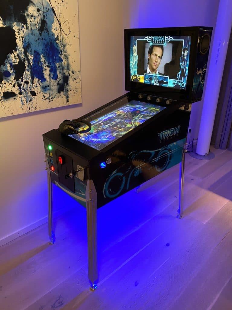 Virtueller Flipper (Virtual Pinball Cabinet) fertig installiert mit 32' Playfield Monitor und 19' Backbox Monitor.