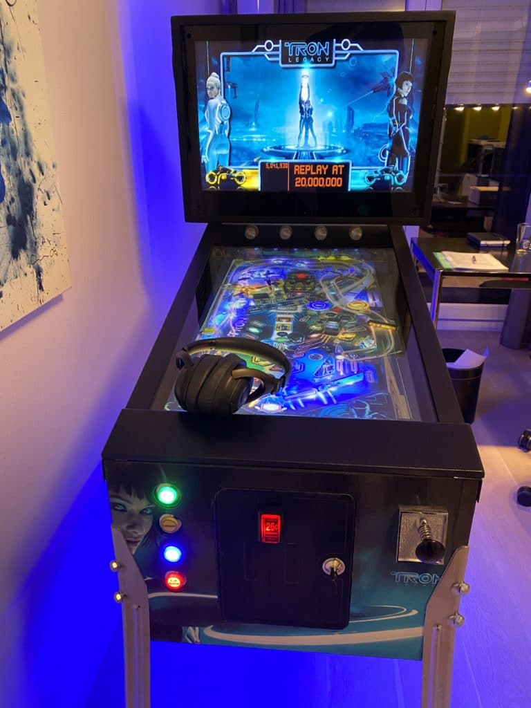 """Project completed: My Mid Size virtual pinball cabinet (32"""" Playfield screen, 19"""" backbox), Tron movie theme"""